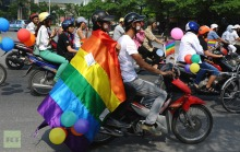 cyclists-motorists-balloons-rainbow